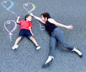 Gabriel e Renata no chão com desenho de giz
