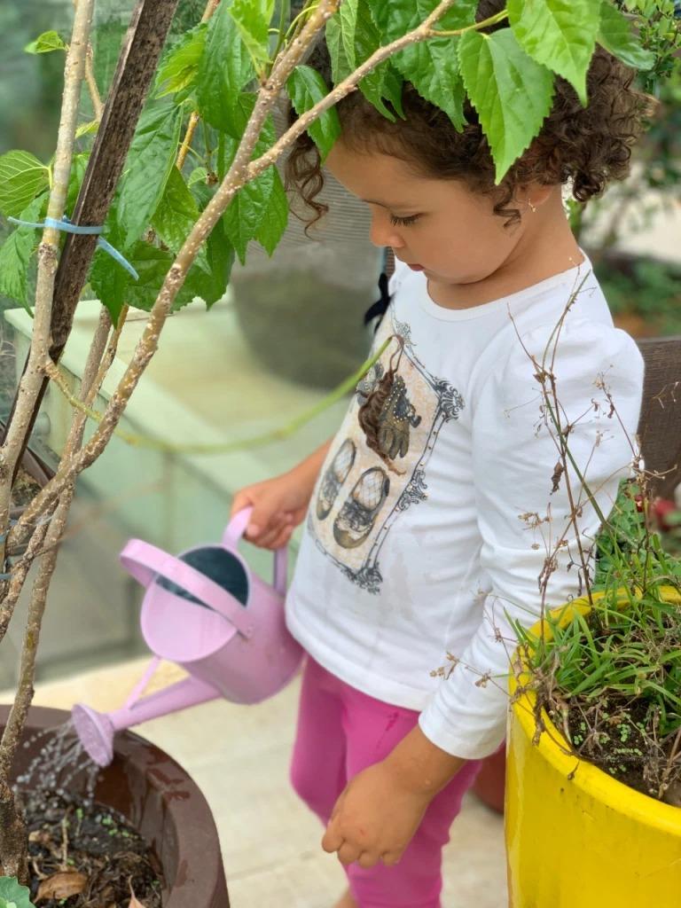 Criança regando plantas